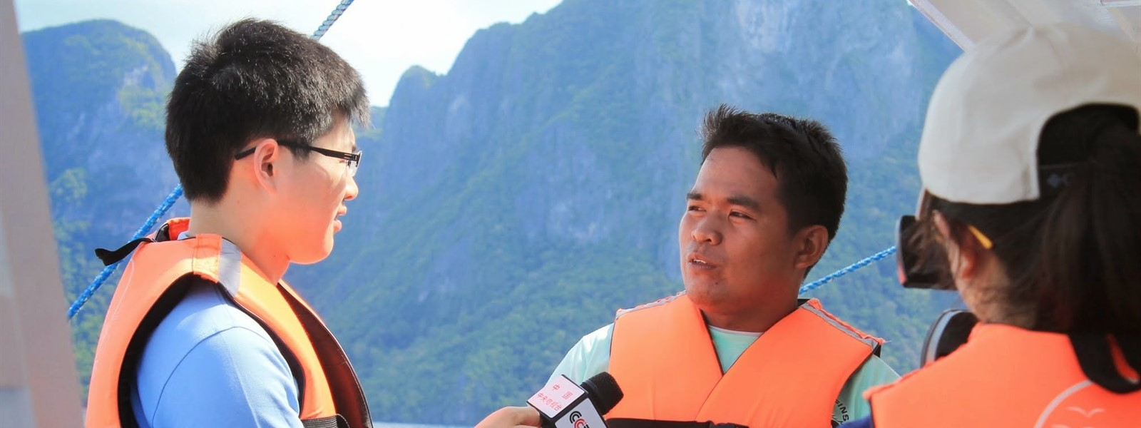 Picture of a journalist interviewing a Green Fins member on a boat in El Nido.