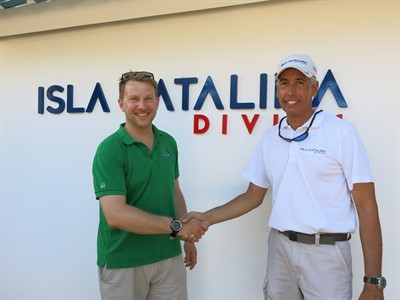 Picture of JJ Harvey from Reef-World shaking hands with a contact in the Dominican Republic.
