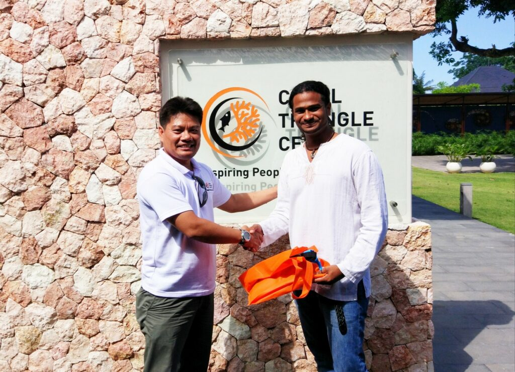 Picture of Alvin Chelliah with an assessor from the Green Fins Indonesia team. They are shaking hands.