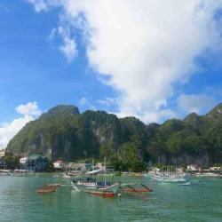 Picture of dive boats in the ocean in El Nido.