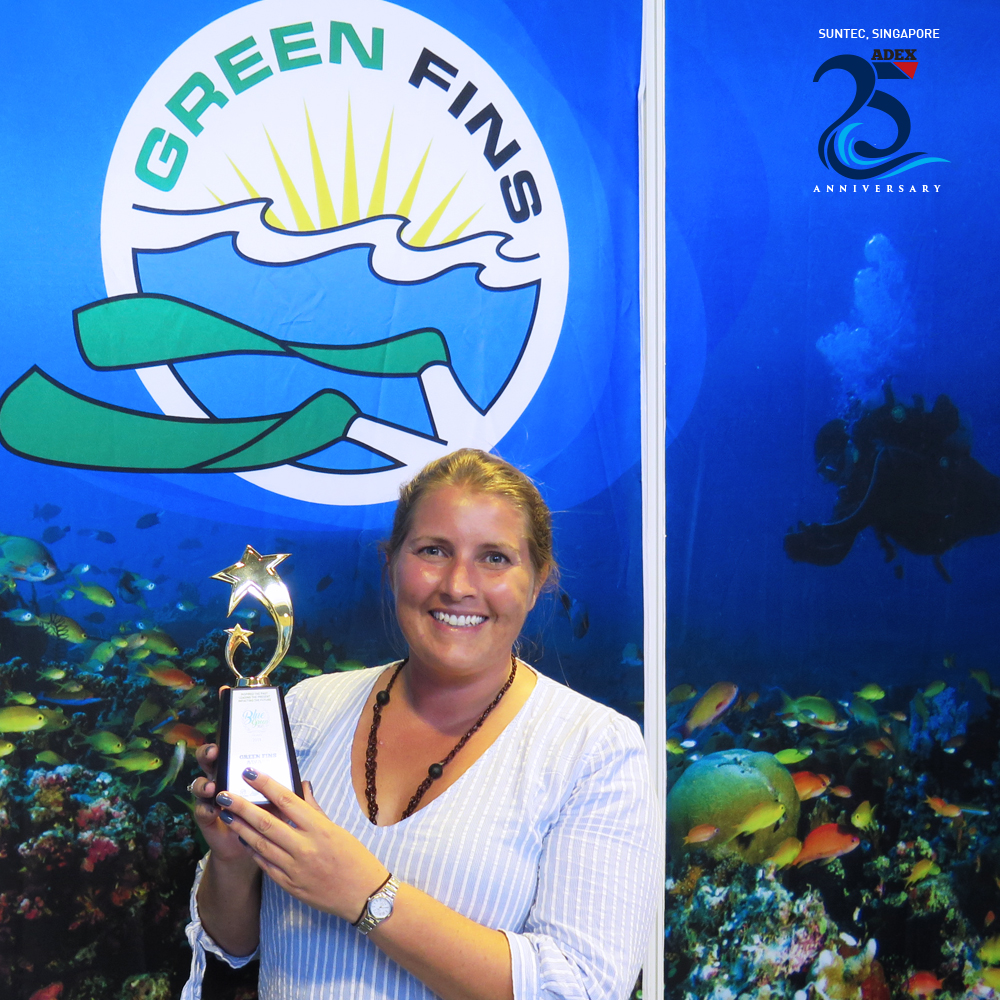 Photo of Rosie Cotton from Tioman Dive Centre holding the Green Fins Award 2020